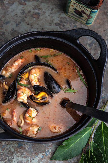 Sopa de mejillones, gambas y estragón, een Spaans recept uit de streek Galicia van een rijk gevulde soep met mosselen en gambas.
