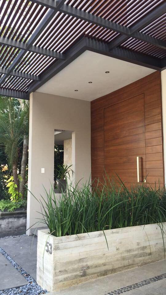 Casa unno 53 accesos house entrance garage doors y for Puertas de entrada de casas modernas