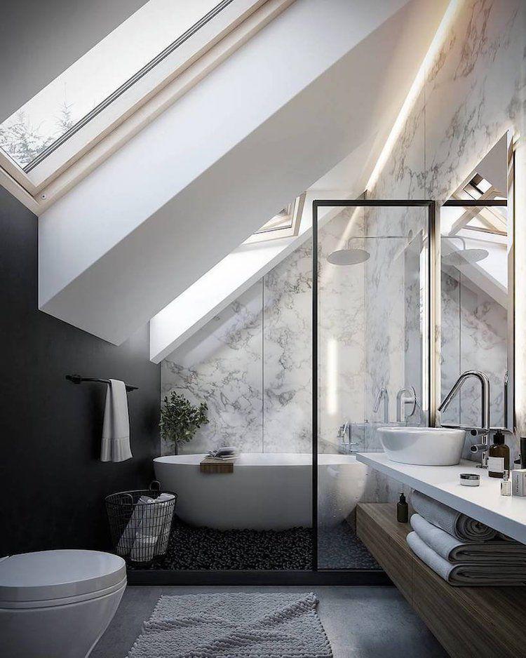 Photo of petite salle de bain moderne sous combles peinture noire papier peint marbre #ba…
