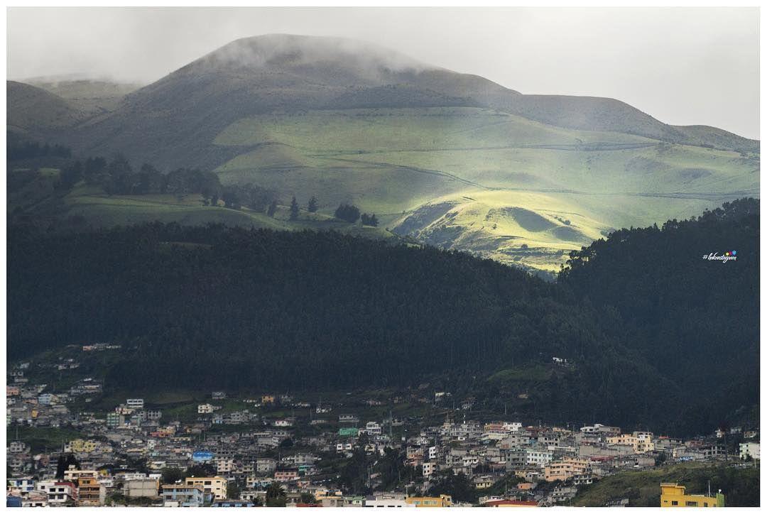 Interesting one by hakanstagram_ #landscape #contratahotel (o) http://ift.tt/1NfuVnD #rayito de #sol #Quito entre #montañas y #casas #occidente #capital #instagood #Ecuador #allyouneedisecuador siempre se #aparecen #paisajes #nuevos aunque sea el mismo #lugar #triping