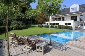 Schwimmen Im Garten. Klassischer Pool. Die Dach Platanen Bieten Natürlichen  Sonnenschutz.