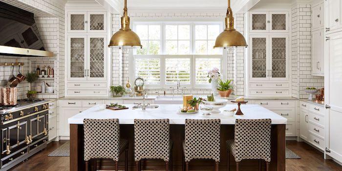 eine Luxus Wohnküche mit zwei Lampen in goldenen Farben, weiße - küche welche farbe