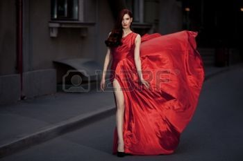 red dress: Юная красавица знаменитая женщина в красный Открытый развевающиеся платья Фото со стока