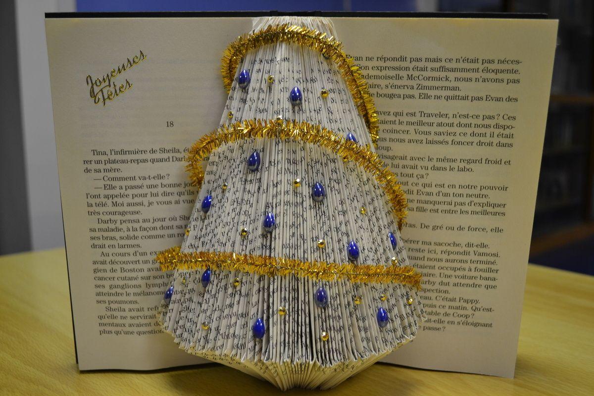 Sapin de noel fait avec des livres