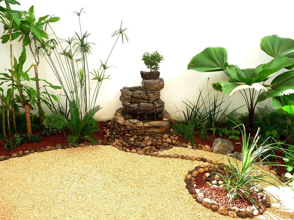 Modelo de jardin peque o en patio con fuente de agua for Jardines adornados con piedras