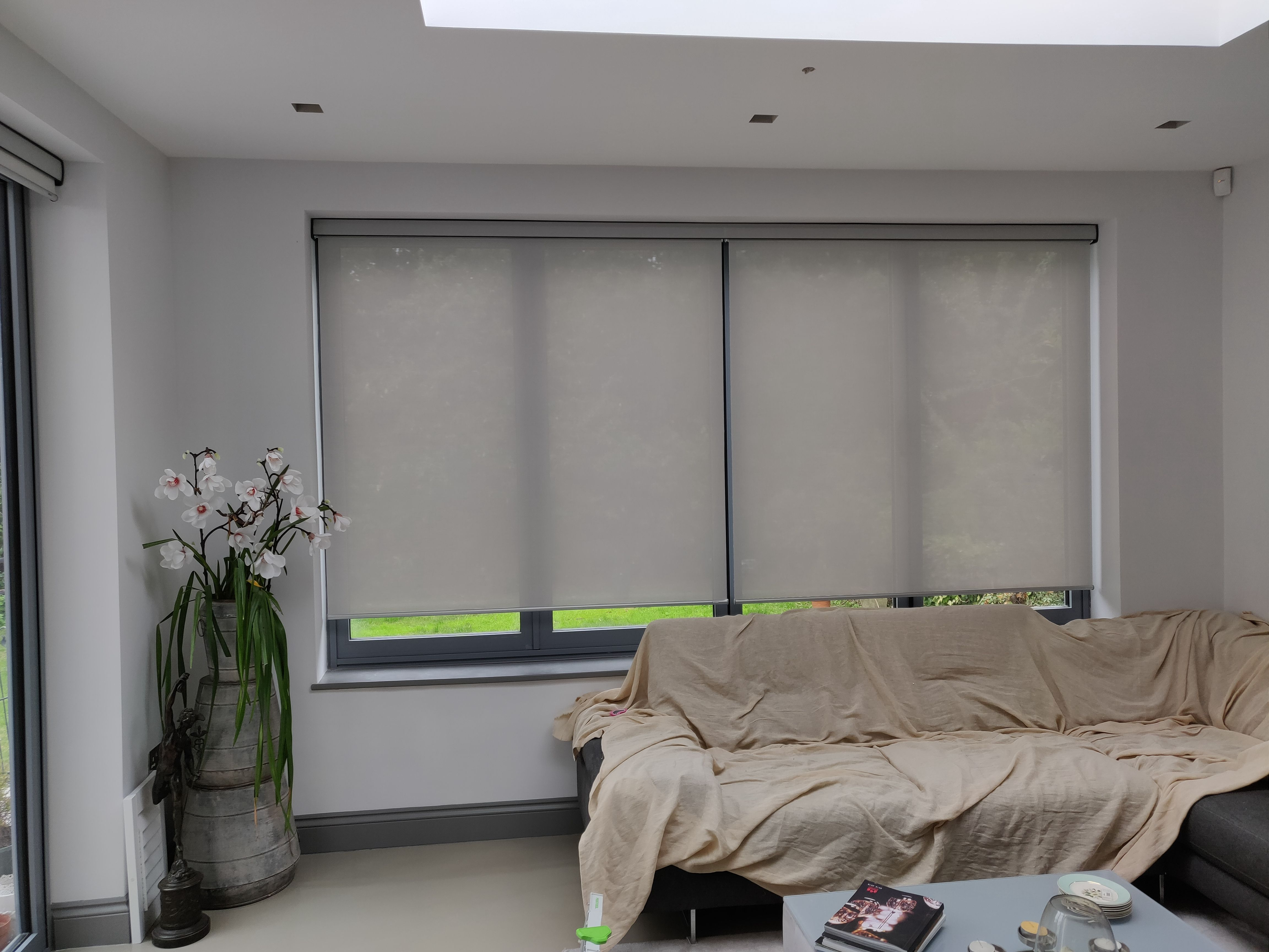 Sunscreen roller blinds with pelmets electric remote control