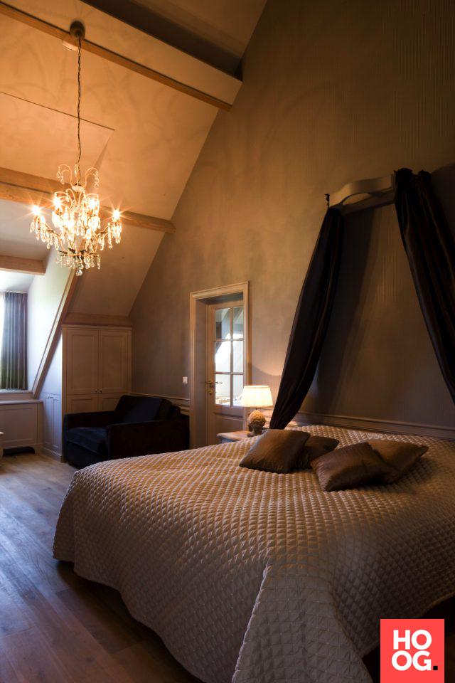 luxe slaapkamer met design verlichting aan het schuine plafond