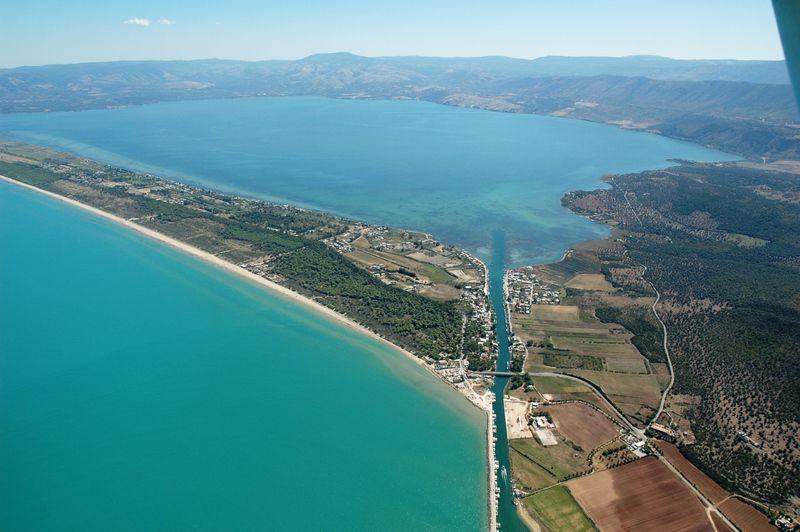 LAGO DI LESINA  Al complesso di inferiorità ai problemi di proporzione, è dedicato questo lago.  Porzione d'acqua minima sul limitare dell'Adriatico: grande mare