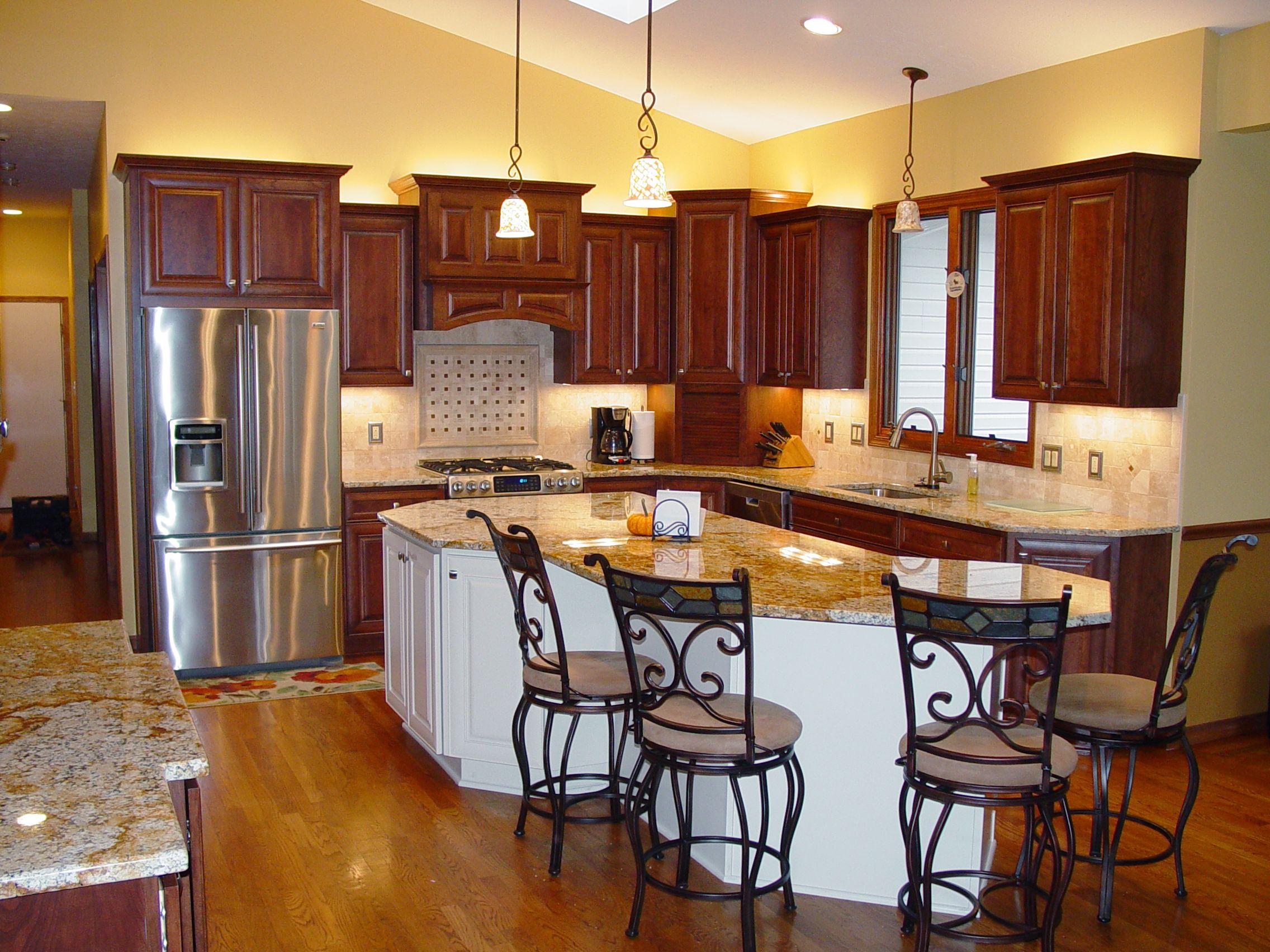 A Kitchen In Moreland Hills Ohio Has A Warm Rich Look Designer Emeil Soryal Used Starm Kitchen Cabinet Design Brown Kitchen Cabinets Cherry Cabinets Kitchen