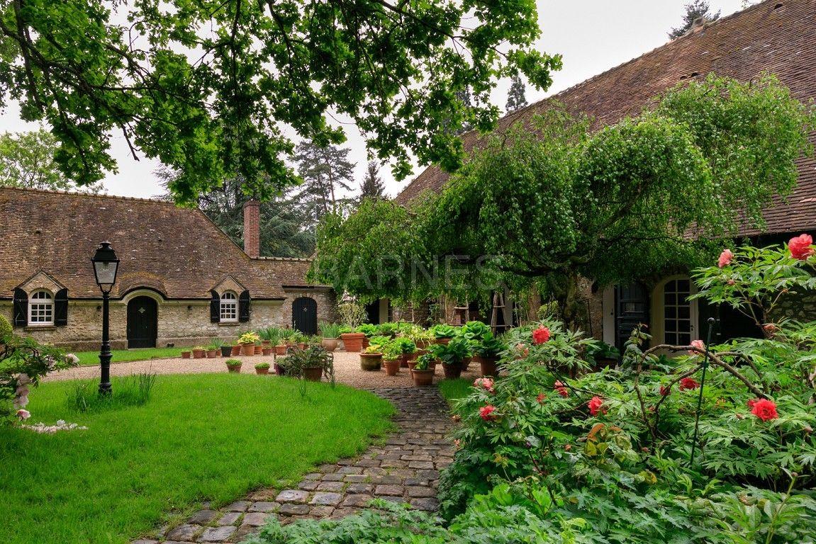 15-room, 8-bedroom house with a vivid green garden