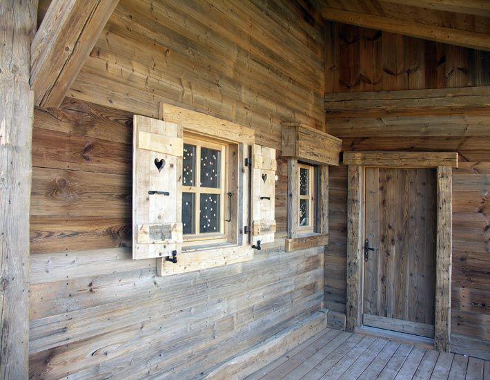 les volets donnent du charme votre chalet en bois - Porte De Chalet En Bois