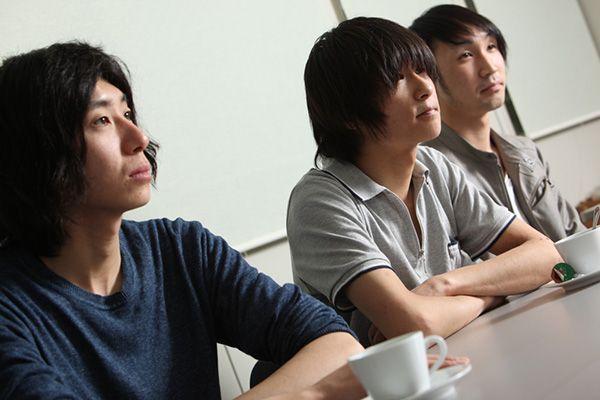 """左から、堀内祥太郎(B)、安島裕輔(Vo, G, Syn)、本吉""""Nico""""弘樹(Dr)。"""