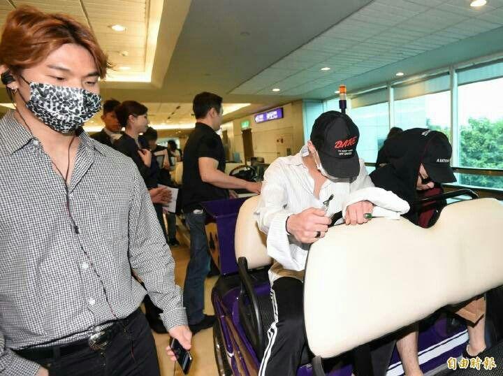 160909 @xxxibgdrgn At incheon airport off to Taiwan  Cr: on pic  #GD #GDragon #BIGBANG  #KWONJIYONG  #jiyong #지드래곤 #지용 #vip #seungri #Taeyang #choiseunghyun  #kpop #daesung  #bigbangvip #권지용 #topi  #kangdeasung #seungriseyo #빅뱅  #gtop  #dlite  #sol #vi #xxxibgdrgn  #yb #gdyb #bigbanggd #bigbangtop #지디 #탑