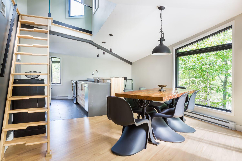 Salle A Manger Noire Industrielle Chic Chaise Panton Noire Et Table En Bois Rustic Industrial Look Black Chair Photo Ulysse Lemeris Design Home Home Decor