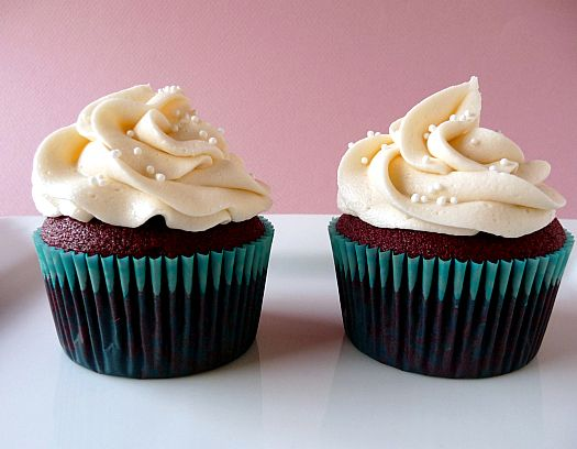 Red Velvet Cupcakes with Cream Cheese Frosting. Yes please! (♥'n the presentation here...very nice.)
