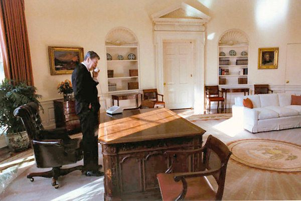 reagan oval office. PRESIDENT RONALD REAGAN Wraps Up Some Business On His Last Day Office. (1989) | 1981-1989 - Ronald Reagan, 40th President Of The United States Pinterest Reagan Oval Office A