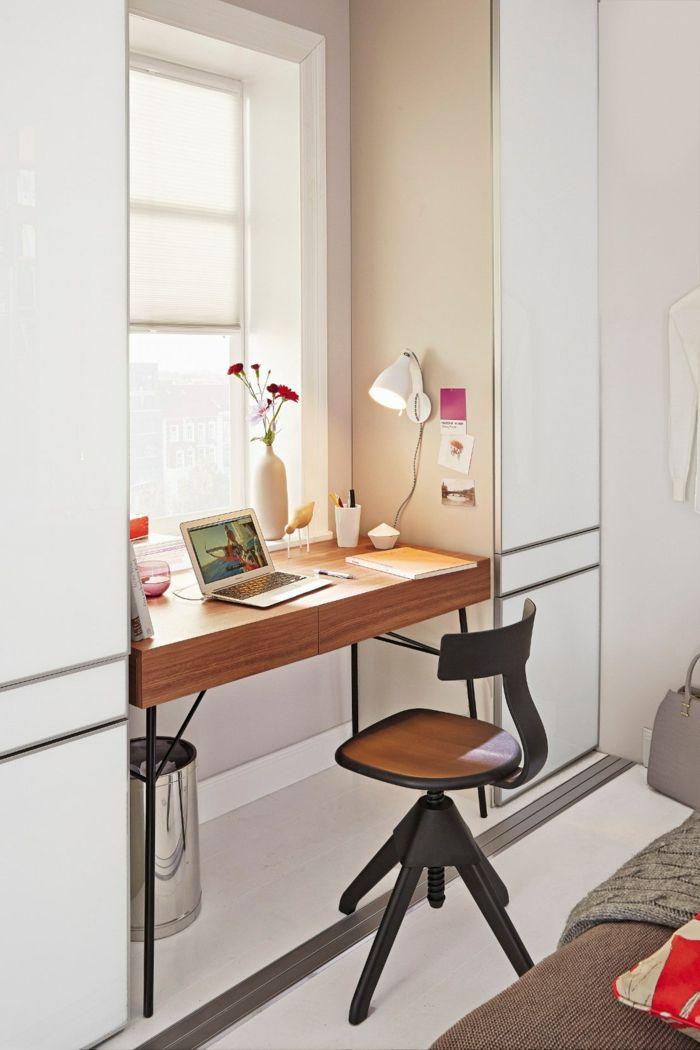 praktische idee fr kleine rume schreibtisch am fenster weie vase mit nelken weie - Home Interior Designideen Fr Kleine Rume
