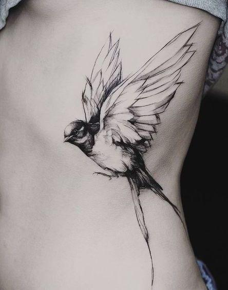 Фото: Рисунок воробья на ребрах девушки   Тату птица ...