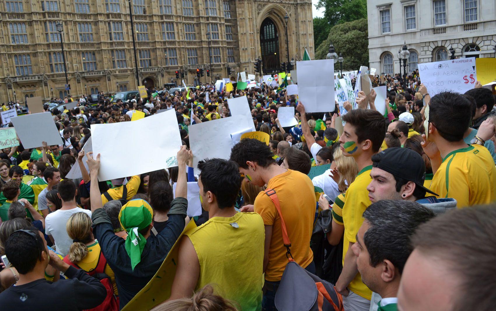 Ato em apoio a protestos no Brasil reúne 2 mil pessoas em Londres