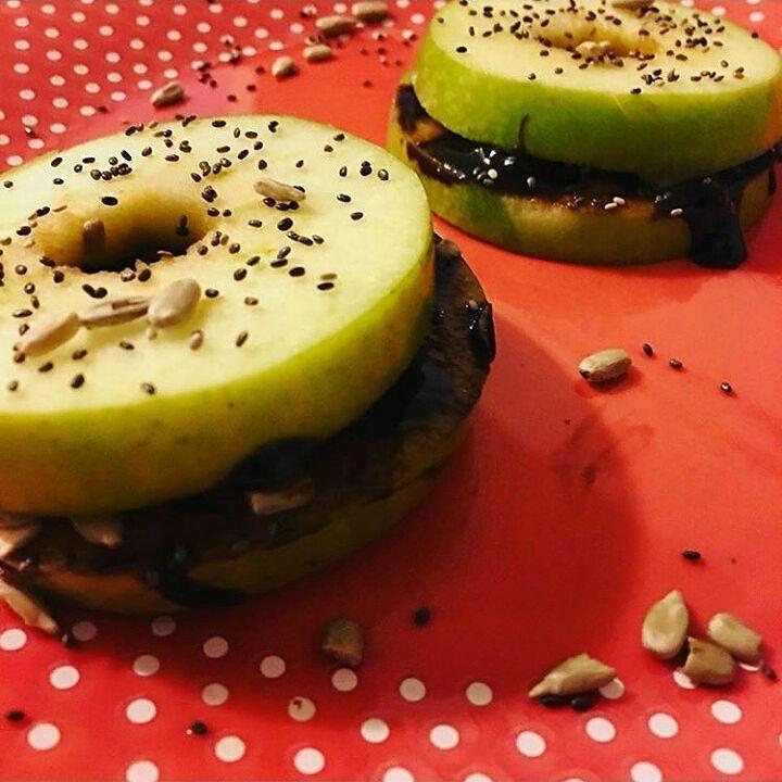 Alfajores de manzana con relleno de nutella light o manteca de cacao. Repost de @sanute. Una idea deliciosa de media mañana o como un postre después de un almuerzo ligero entre semana. #alfajorlight #dulcelight #sugarfree #lowcarbs #paleo #paleodiet #health #healthy #apple #greenapple by nutricionistasussycorral