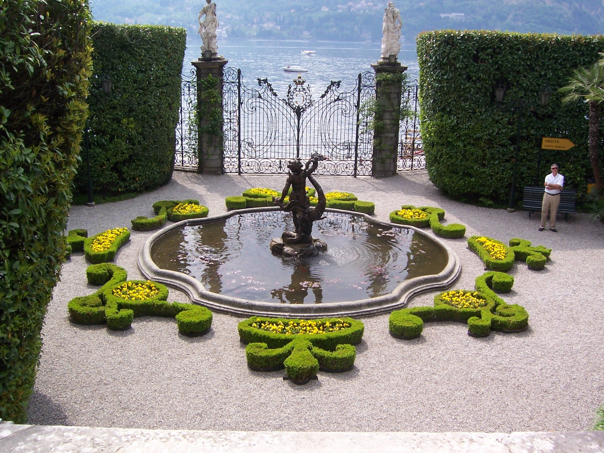 Villa Carlotta entry court fountain, May 2005, Museum