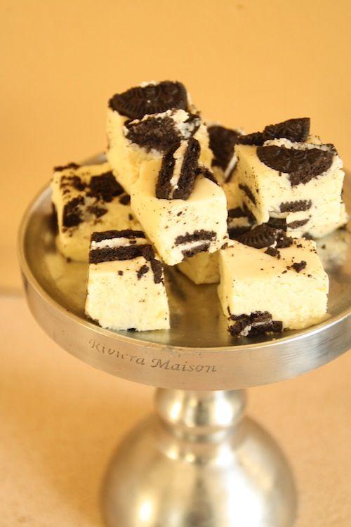 Cookies and cream fudge  600 g valkosuklaata, paloiteltuna  397 g (1prk) kondensoitua maitoa  Ripaus suolaa  2 tl vanilja-aromia  1/2 prk vaahtokarkkitahnaa (marshmallow fluff)  2 rkl voita  250 g Mini Oreo -keksejä, tai Domino -keksejä pieniksi paloiksi leikattuina  Laita ensin vuoka valmiiksi. Vuoraa vuoka leivinpaperilla ja voitele paperi hyvin. Laita vuoan pohjalle puolet Mini Oreoista tai keksipaloista. Laita vuoka sivuun.  Laita suklaa, kondensoitu maito, voi, suola ja vanilja-aromi…