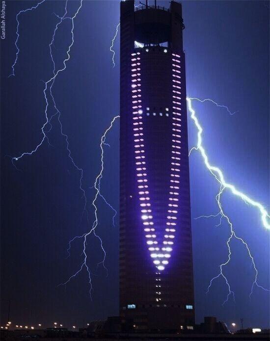 صواعق حول أحد ابراج الرياض Riyadh Tower Concrete Jungle