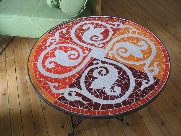 Plateau de table en mosaique : table ronde et rouge | masa + tabure+ ...