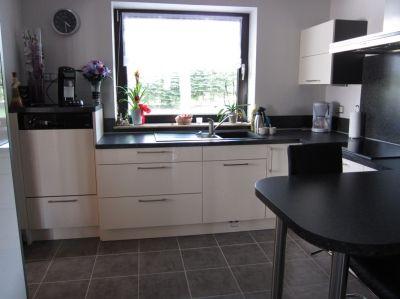 lumineuse et fonctionnelle avec le lave vaisselle en hauteur cuisine d 39 aujourd 39 hui. Black Bedroom Furniture Sets. Home Design Ideas