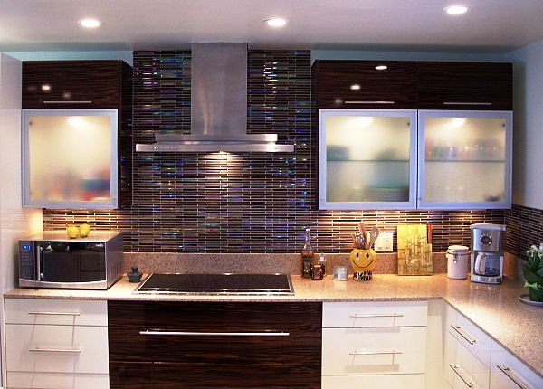 Cuisine blanche, crédence noir et bleu Maison*  La cuisine