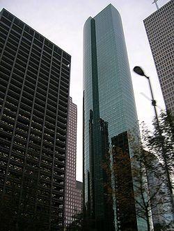 Wells Fargo Plaça és un gratacel de 71 plantes i 302 metres (992 peus) en Houston, Estats Units va finalitzar en 1983.