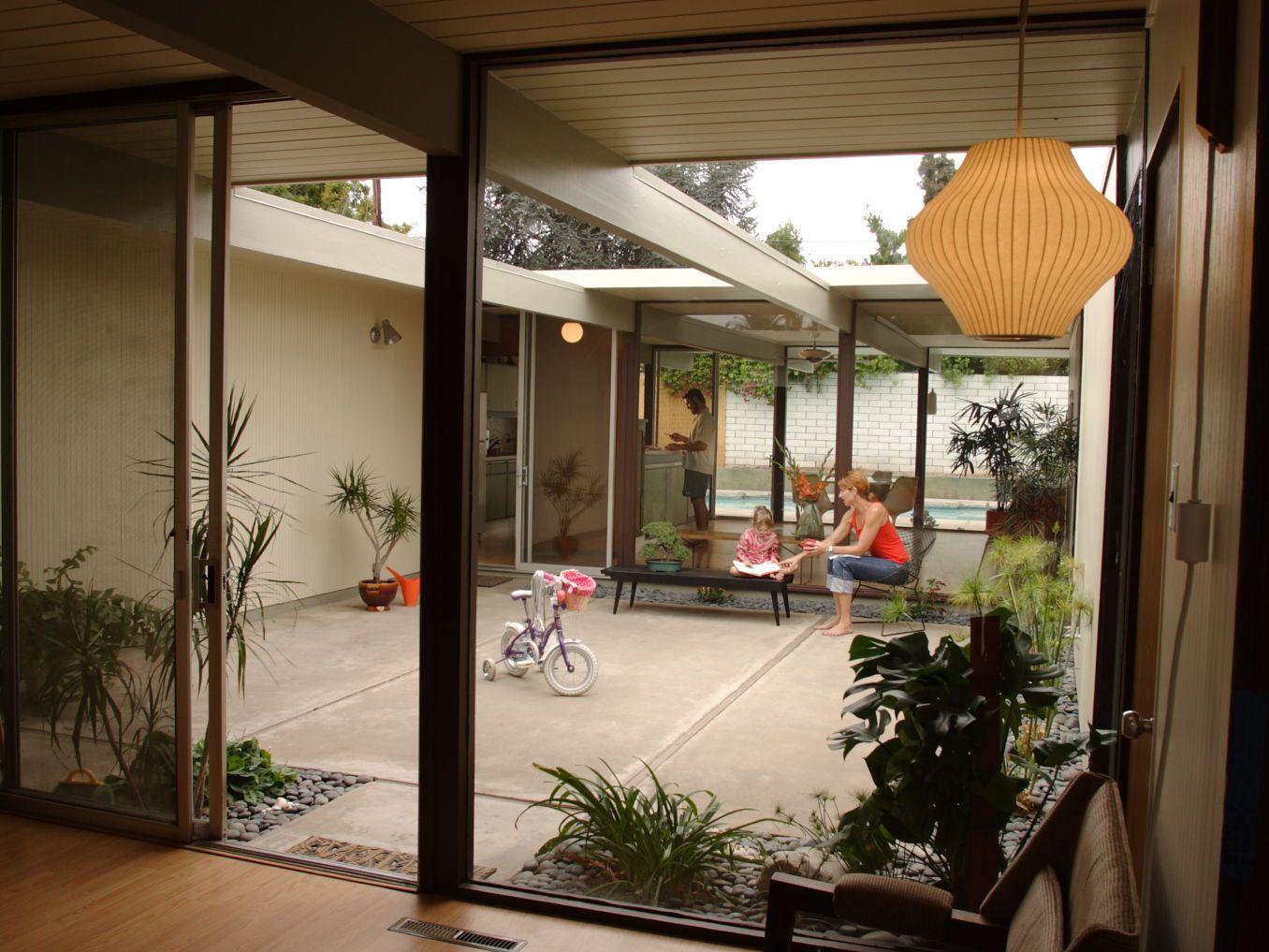 Modern Eichler House With Courtyard Jpg 1356 1017 Mid Century