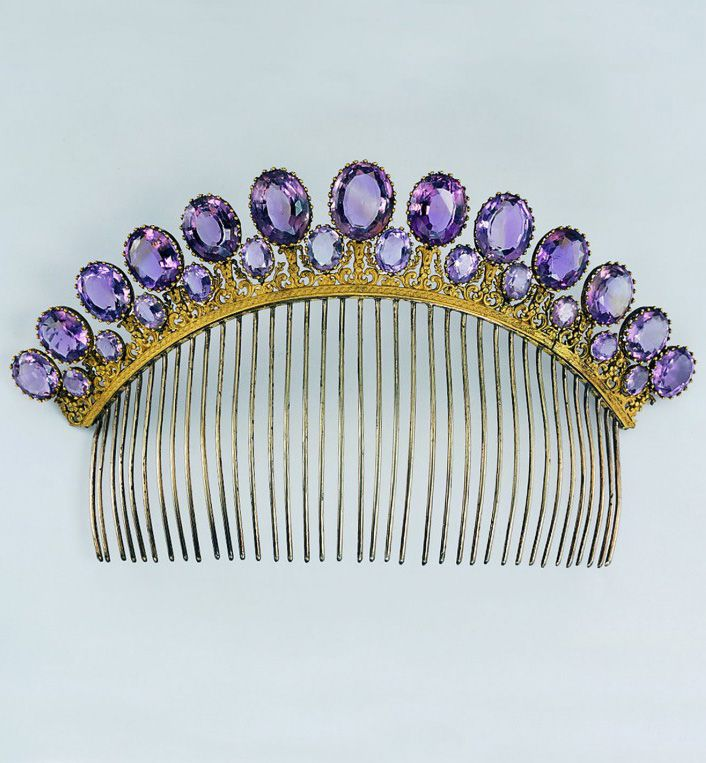Amethyst comb tiara, bronze, gold-plated, amethysts, provably French, 1805-1810. © Pforzheim Jewelry Museum, photo Günther Meyer.