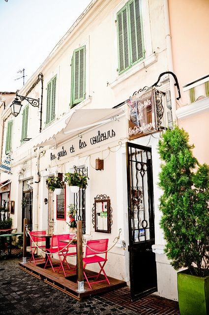 Les Gouts Et Les Couleurs: A small restaurant in Sanary Sur Mer, France.