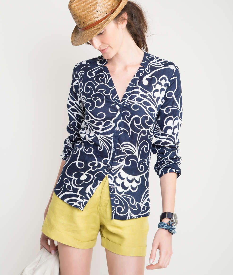 Camisa lisa, em linho, com mangas compridas, levemente acinturada, com decote em V e gola diferenciada.
