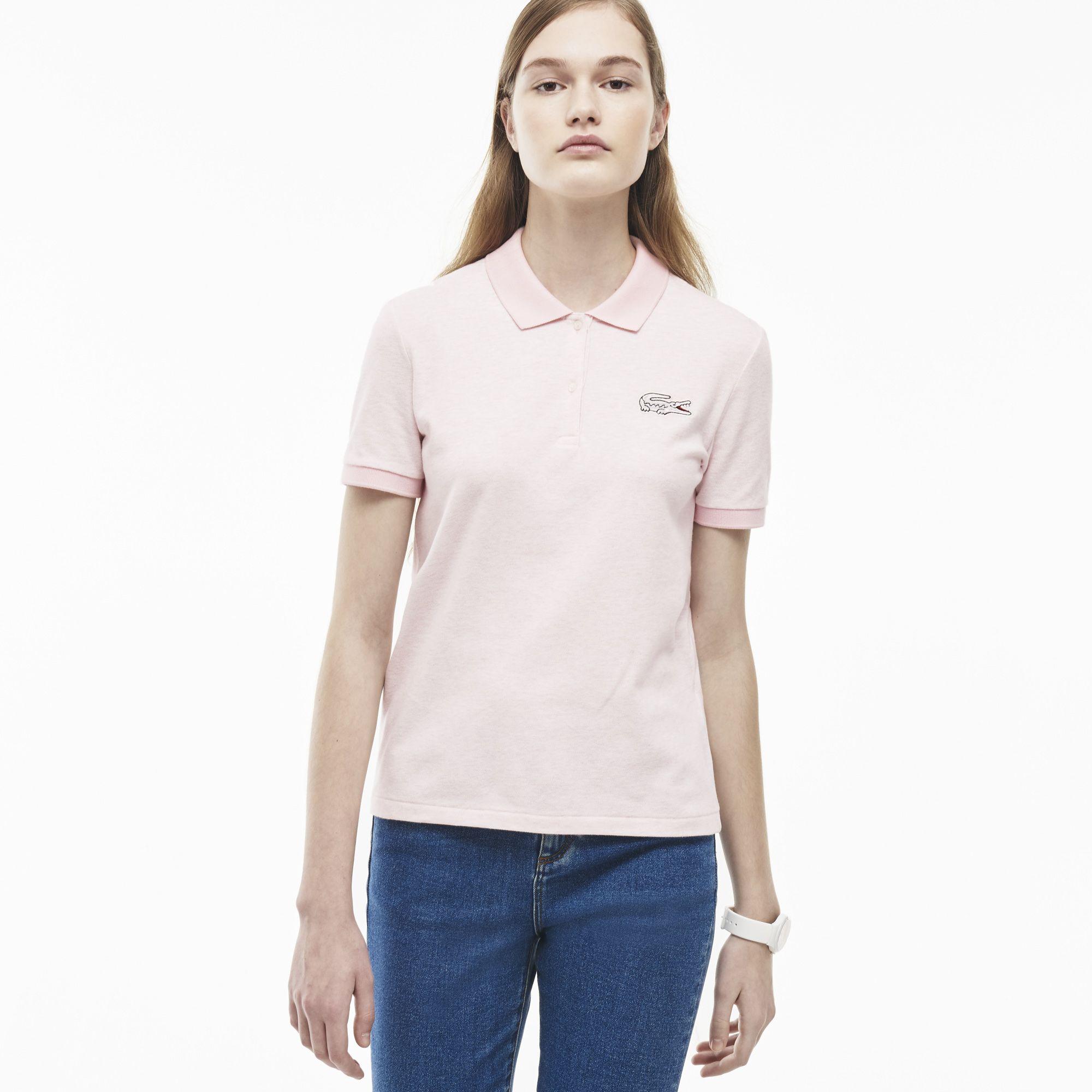 Superfeminino, este polo Lacoste Live confecionado em mini piqué de algodão  stretch é ornamentado por b4639cad83