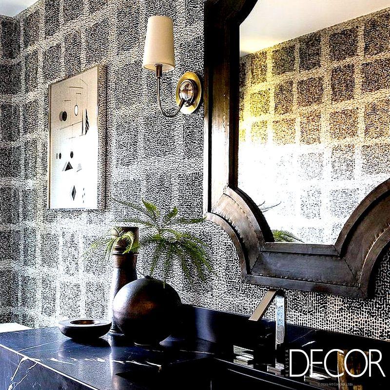 Com um exuberante revestimento nas paredes, o lavabo conta com mobiliários e adornos sofisticados e elegantes e destaca o mármore escuro da pia