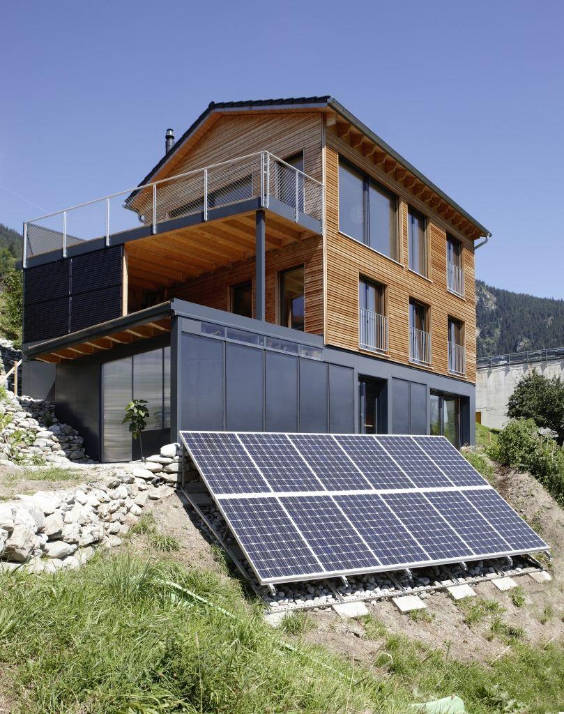 holzhaus am hang mit solarpaneelen tolle holzh user auch am hang pinterest holzh uschen. Black Bedroom Furniture Sets. Home Design Ideas