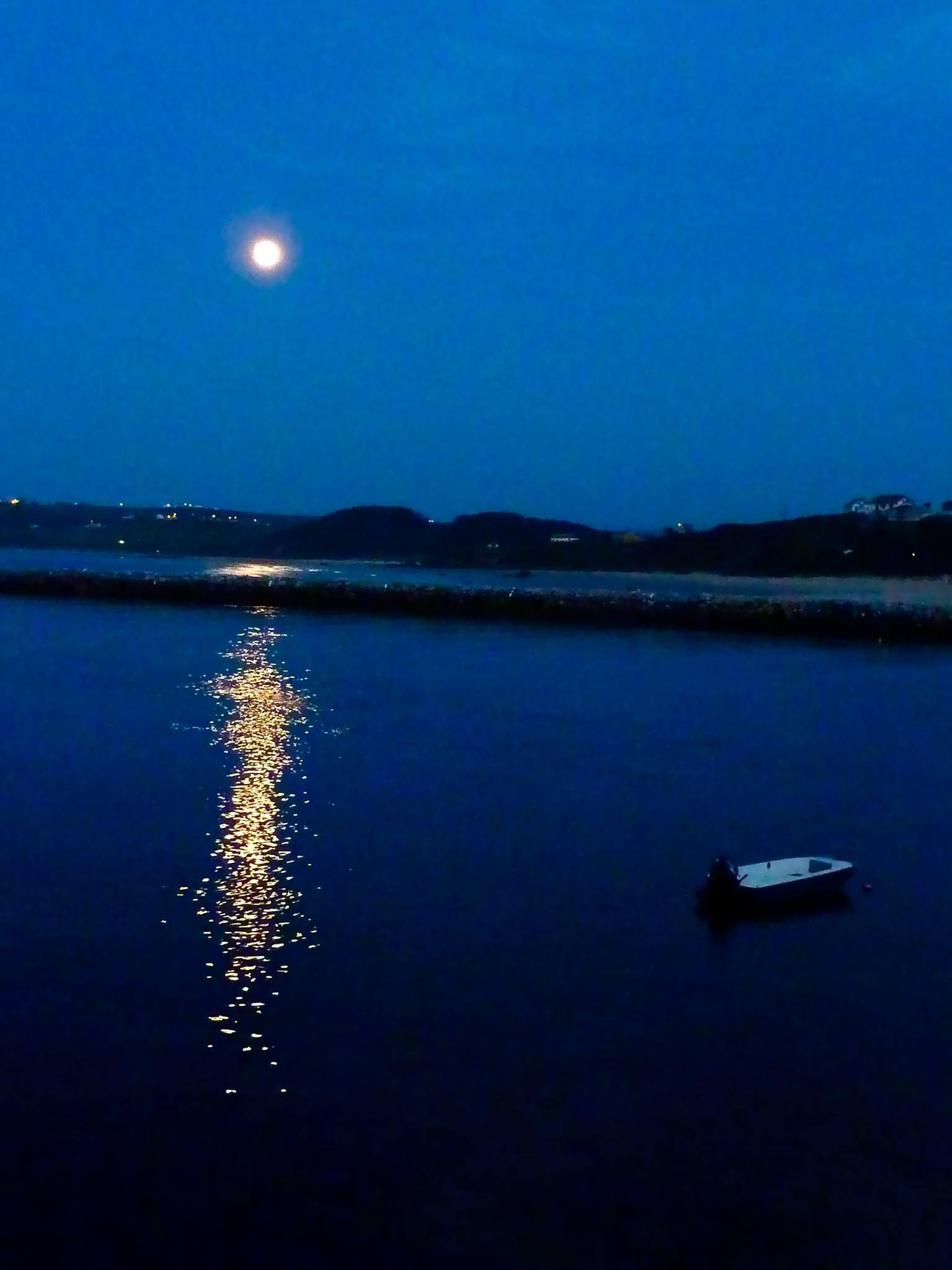 Luna Llena, San Vicente de la Barquera... Foto de Alfredo González