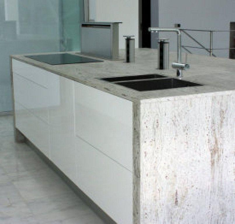 Cocina blanca con encimera de granito y extractor de encimera Neff ...