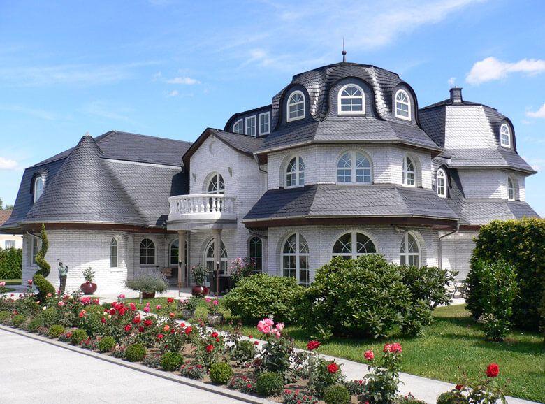 luxusvilla mit mansardendach oder walmdach mit 230 bis 700 qm wohnfl che und doppelter treppe. Black Bedroom Furniture Sets. Home Design Ideas