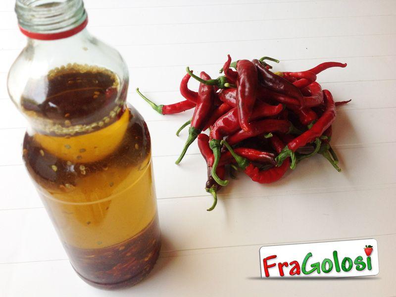Ricetta - Olio al peperoncino - Ingredienti e preparazione per ottenere l'olio piccante al peperoncino.