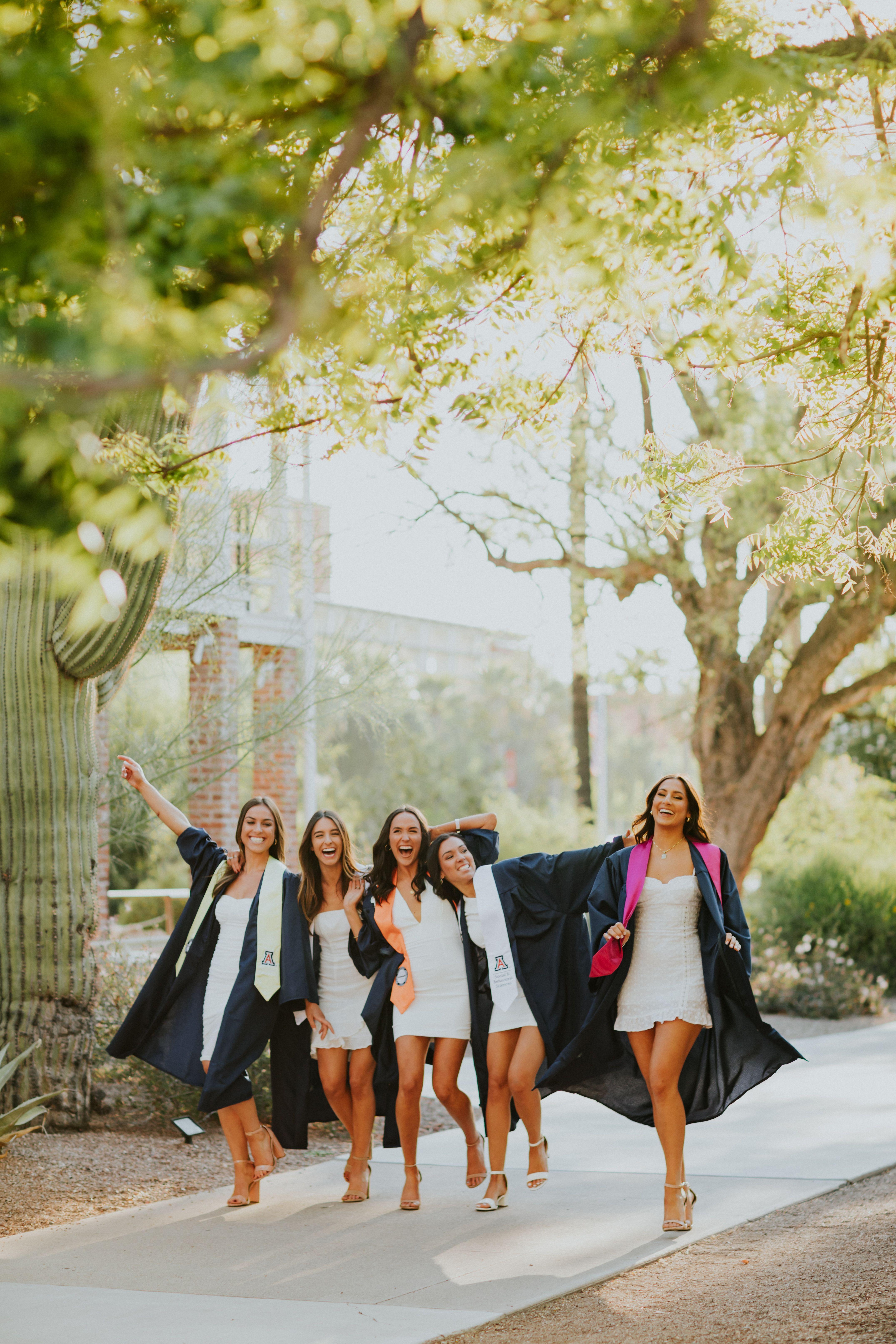 Walking With Best Friends Photoshoot Idea Grad Photoshoot Graduation Picture Poses Graduation Photoshoot