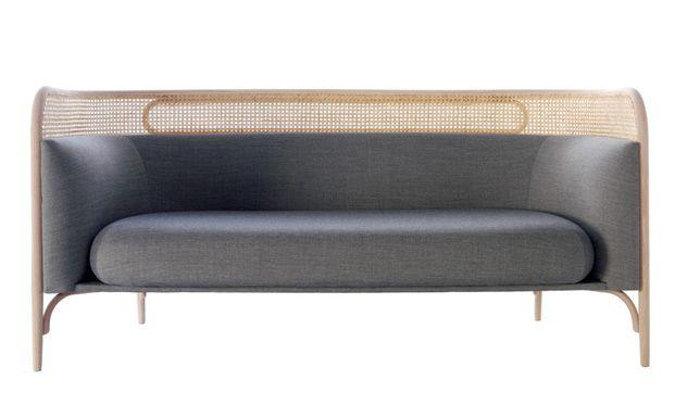 Студия GamFratesi разработала диван Targa в духе Михаэля Тонета специально для фабрики Gebrüder Thonet. Основой дизайна стали традиционная гнутая древесина и венский тростник.