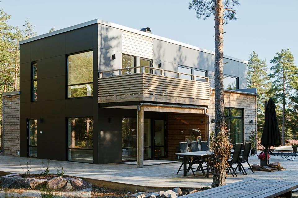 Maison moderne avec une façade noire et une extension en bois architecture