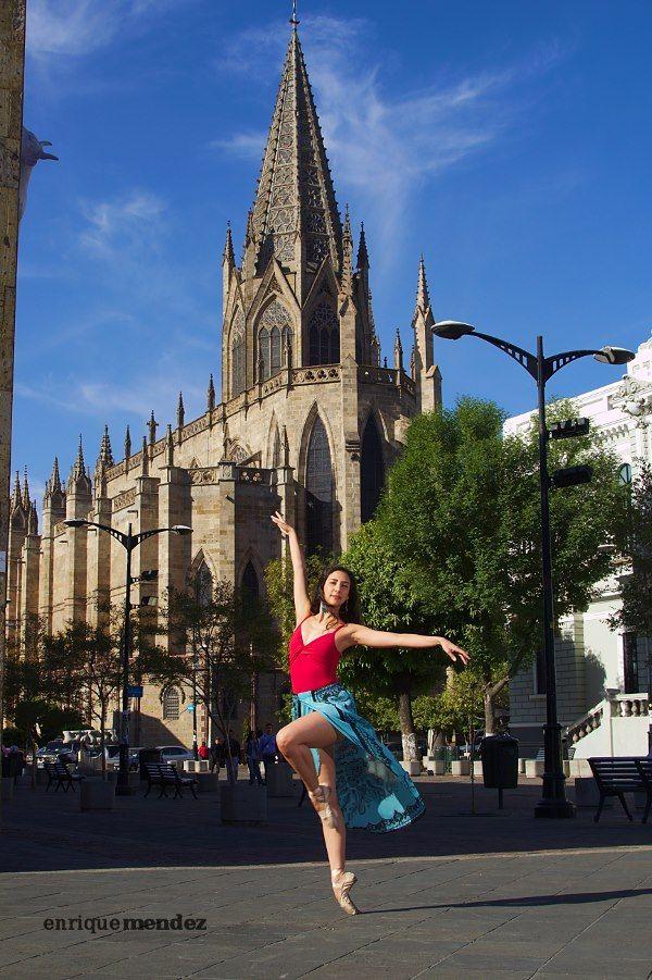 """""""El proyecto Danzalajara es un proyecto personal que nace de mi afición por la fotografía en general y de la fotografía de danza en particular.  Al seguir lo que hacen varios fotógrafos de danza internacionales encontré que en las fotos de danza en ambiente urbano había una constante, se ven las bailarinas o bailarines pero no se alcanza a notar claramente los sitios de interés de la ciudad donde están.  https://www.facebook.com/Danzalajara  https://www.facebook.com/EnriqueMendezFotografia"""