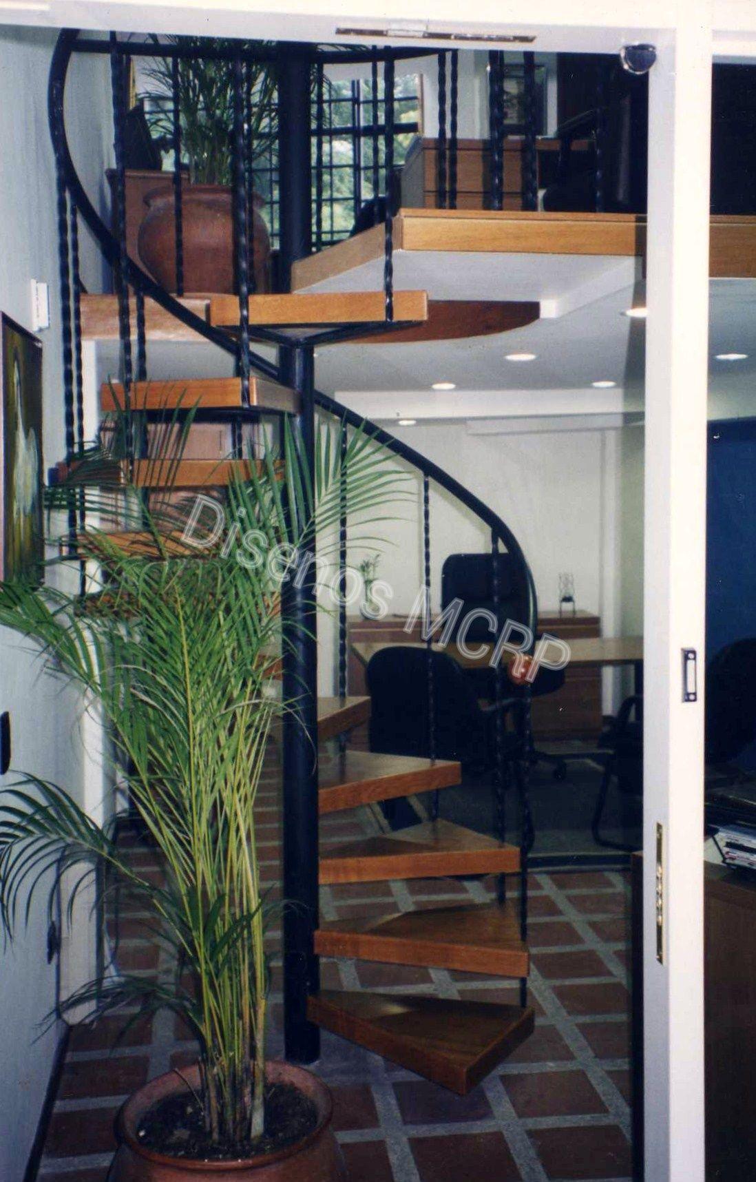 Escalera caracol de dise o baranda en hierro forjado for Escalera de jardin de madera