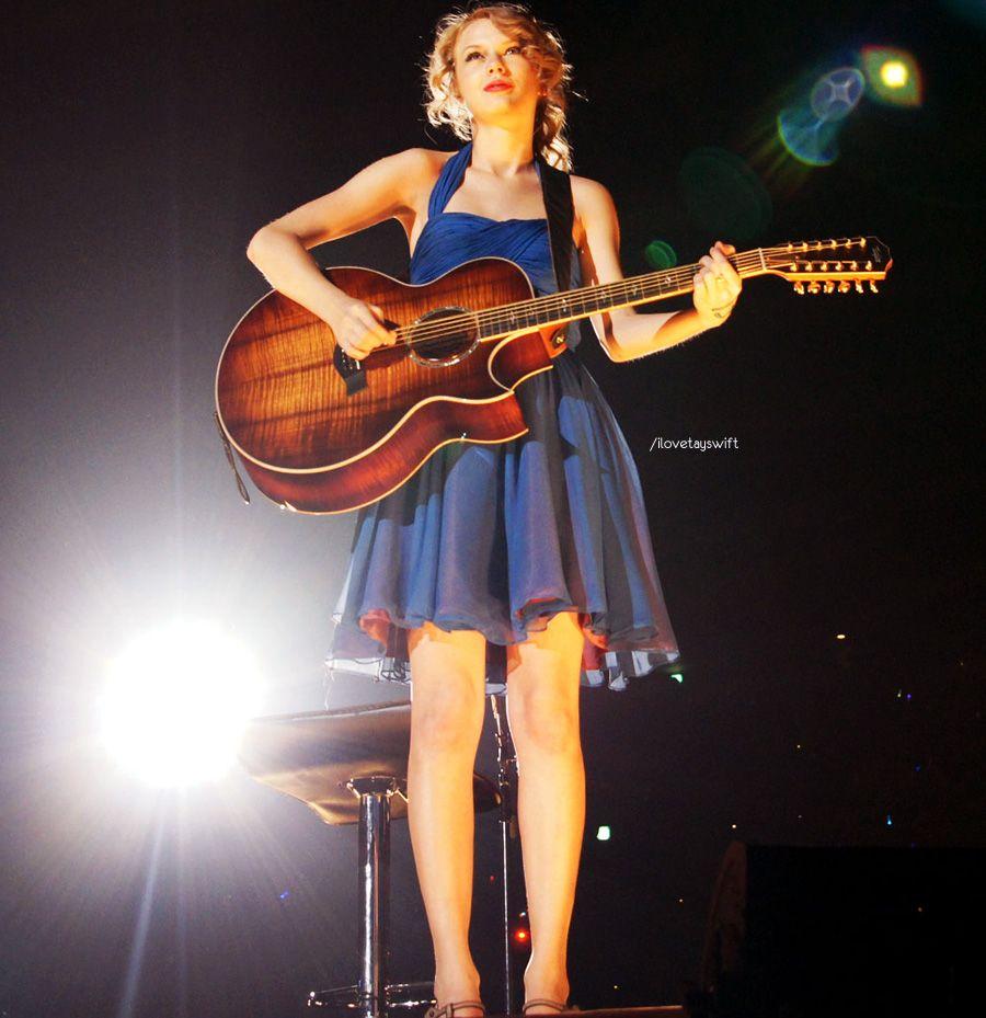 Taylor and the Koa Taylor guitar... rockin it as usual!