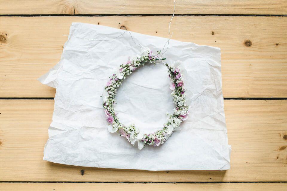 Ein Blumenkranz Einer Braut Mit Schleierkraut Und Hortensien