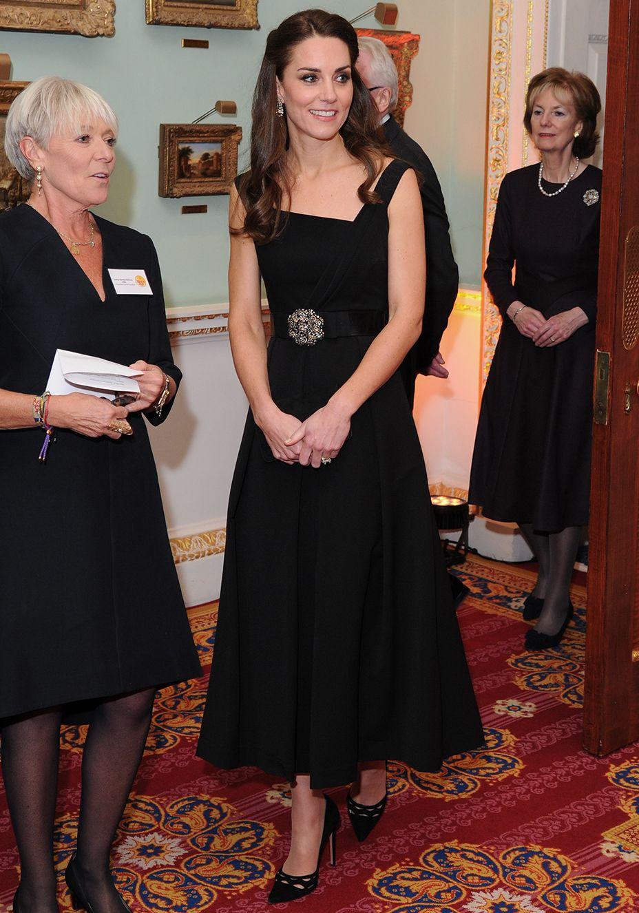 kate middleton compra o mesmo vestido em cores diferentes moda kate middleton roupas de kate middleton duquesa kate pinterest